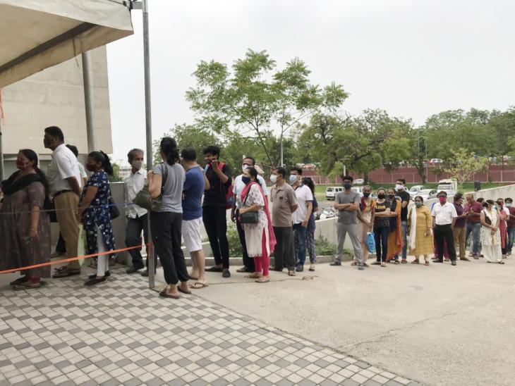 ટાગોર હોલ ખાતે રસી લેવા માટે લાંબી લાઈનો લાગી હતી. પરંતુ સ્ટોક ખૂટતાં ઘણા લોકોએ પાછા જવું પડ્યું હતું. - Divya Bhaskar