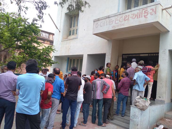 બ્લોક હેલ્થ ઓફિસ ખાતે વેક્સિન માટે લોકોની પડાપડી, સામાજિક અંતર જળવાયું નહીં - Divya Bhaskar