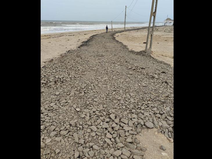 રસ્તા પર પથ્થર કાંકરીઓ હોવાથી ચાલવું મુશ્કેલ - Divya Bhaskar