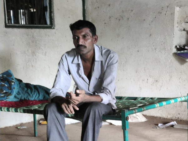 જાંબુઘોડા પોલીસમાં અરજી આપનાર માનસિક અસ્વસ્થ વ્યક્તિ. - Divya Bhaskar