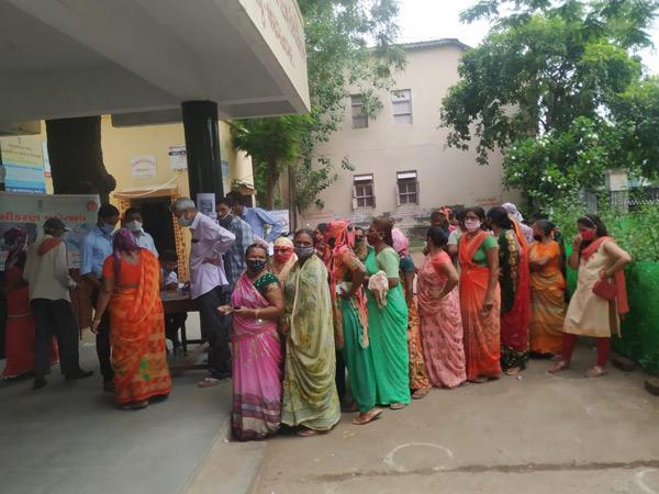 સુરેન્દ્રનગર શહેરના રસીકરણના સરકારી કેન્દ્રો પર લોકોએ રસીનો લાભ લીધો હતો. - Divya Bhaskar