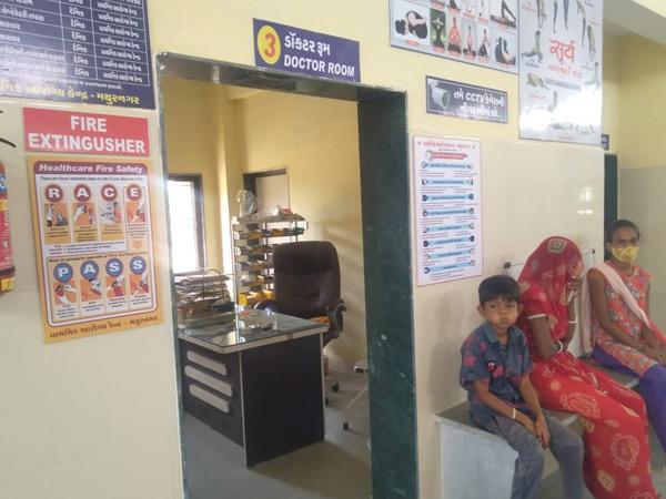 હળવદ તાલુકાના મયુરનગર પીએચસીમાં ડોકટર ટાઈમસર ન આવતાદર્દીઓને રાહ જોવી પડે છે. - Divya Bhaskar