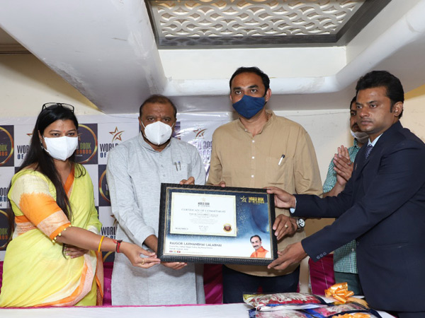 લખણભાઇએ તેમના વોર્ડમાં કરેલી કોવિડ રસીકરણની કામગીરીની વર્લ્ડ બુક ઓફ રેકોર્ડસ, લંડને પણ નોંધ લીધી. - Divya Bhaskar