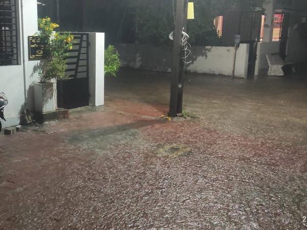 ગોધરામાં રવિવારે રાત્રીના નવની આસપાસ વરસાદે ધમાકેદાર એન્ટ્રી કરતાં માર્ગો પર પાણી ભરાયાં હતા. જોકે વાતાવરણમાં ઠંડક પ્રસરી ગઇ હતી. - Divya Bhaskar