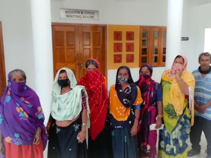 વેકસીન સેન્ટર બહાર રાહ જોતા મજુર વર્ગના લોકો - Divya Bhaskar