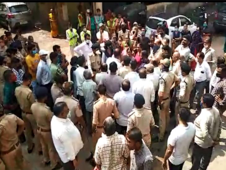 રહિશો ઘર ખાલી કરવા તૈયાર નથી, સુરતના માનદરવાજા અને કતારગામમાં જર્જરિત ઇમારત અધિકારીઓ ઉતારવા જતા હોબાળો સુરત,Surat - Divya Bhaskar