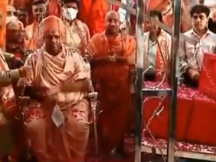 નૌતમ સ્વામીની રક્તતુલા કરાઈ. - Divya Bhaskar