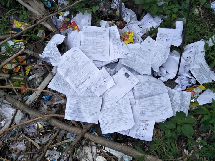 કચરામાંથી મળેલો અરજદારોની અરજીઓનો ઢગલો - Divya Bhaskar