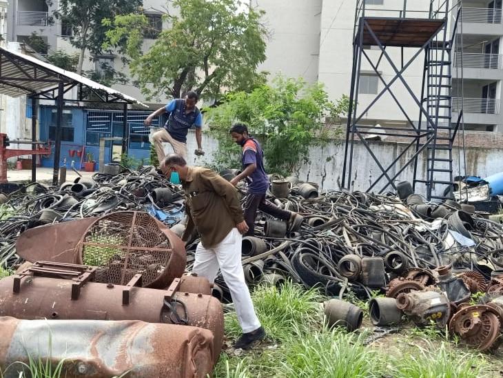 પાલનપુર નગરપાલિકા અને આરોગ્યની ટીમે શહેરમાં દરોડા પડ્યા ક્ષતિ જણાતાં 18 જણને દંડ કરવામા આવ્યો હતો. - Divya Bhaskar