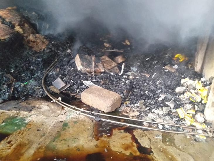 દુકાનમાં આગ લાગતાં સામાન બળીને ખાખ થઈ ગયો હતો. - Divya Bhaskar