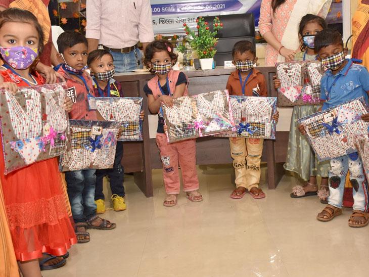 જિલ્લાની આંગણવાડીના બાળકોને ગણવેશ વિતરણ કરાયું હતું. - Divya Bhaskar