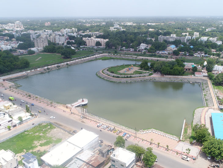 આણંદ શહેરની મધ્યમાં આવેલા લોટેશ્વર તળાવમાં નવા નીરની આવકથી તળાવનું સૌદર્ય ખીલી ઉઠ્યું છે. - Divya Bhaskar