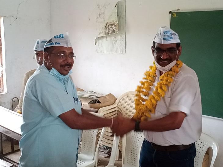 આમ આદમી પાર્ટીના જિલ્લા પ્રમુખનું ફુલહારથી સ્વાગત કરતા કાર્યકરો. - Divya Bhaskar