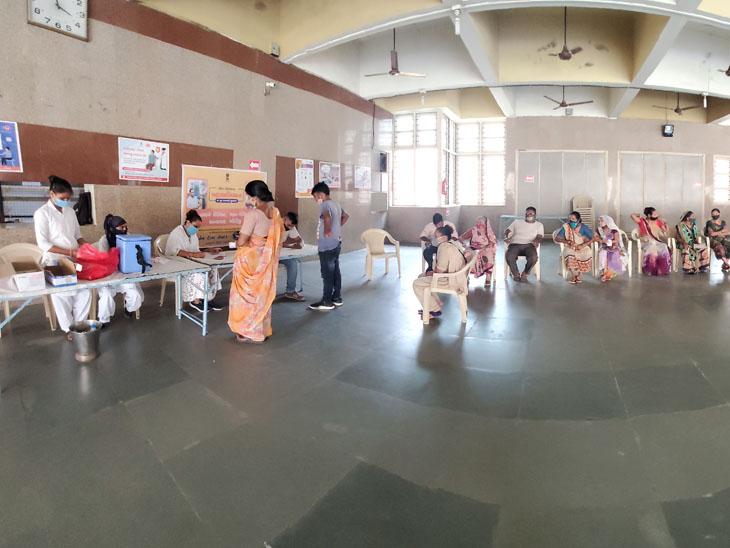 નડિયાદના કેન્દ્રો પર લોકો કલાકો સુધી બેસી રહ્યા પણ સ્ટોક ખૂટી પડતાં રસી મળી ન હતી. - Divya Bhaskar