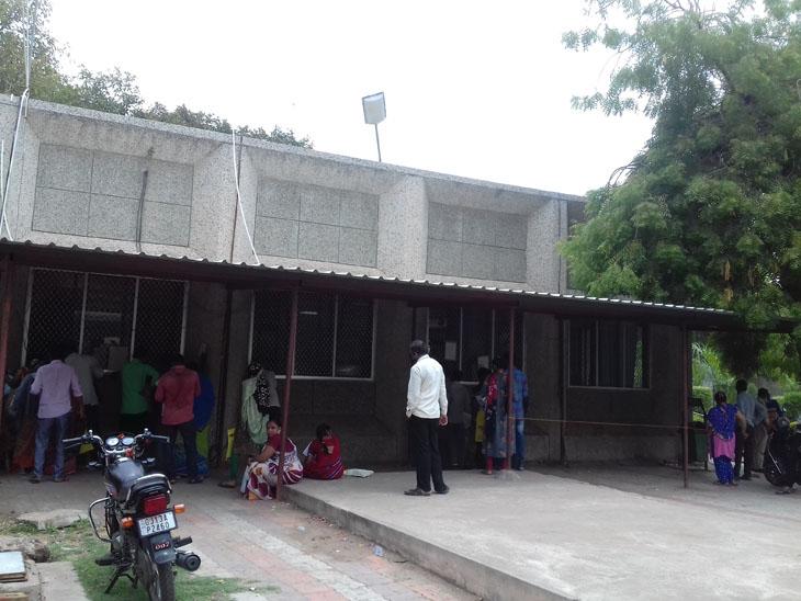 સુરેન્દ્રનગર સિટી મામલતદાર કચેરીએ બેસવાની અને પાણીની સુવિધાને અભાવે પરેશાની. - Divya Bhaskar