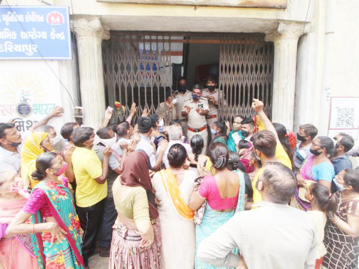 AMCએ 9 દિવસ પહેલાં કહ્યું, 'રોજ 1 લાખને વેક્સિન અપાશે', છેલ્લા બે દિવસથી રસીનો પૂરતો સ્ટોક ન હોવાથી માંડ 20 હજારનું વેક્સિનેશન!|અમદાવાદ,Ahmedabad - Divya Bhaskar