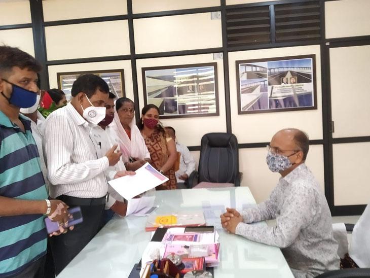રતનપર વિસ્તારના લોકોએ પાલિકા પ્રમુખને આવેદન પાઠવ્યું હતું - Divya Bhaskar