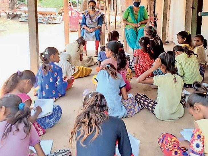 ઓનલાઇન શિક્ષણ બાળકો વંચિત ન રહે એ માટે શિક્ષણ વિભાગ દ્વારા ઓટલા શિક્ષણ. - Divya Bhaskar