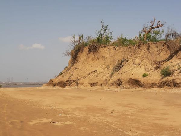 અનેક વખત રજુઆત છતાં જમીનનું ધોવાણ અટકાવાતું નથી. - Divya Bhaskar