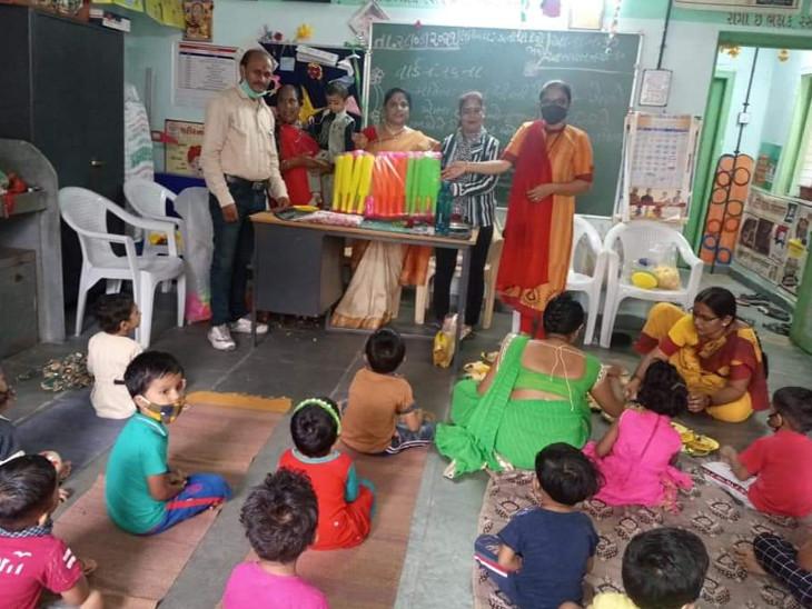 સુરતમાં ભાજપના કાર્યકર્તાએ પૌત્રીનો જન્મદિવસ ઉજવવા બાળકોને આંગણવાડીમાં એકઠાં કરીને ગાઈડલાઈન્સનો ભંગ કર્યો|સુરત,Surat - Divya Bhaskar