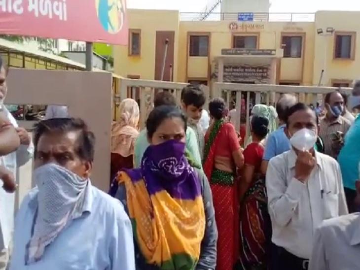 'નોકરી પર કહે છે વેક્સિન લઈને આવો, અહીં મળતી નથી', અમદાવાદના પૂર્વ વિસ્તારમાં વેક્સિન ન મળતા લોકોનો હોબાળો|અમદાવાદ,Ahmedabad - Divya Bhaskar