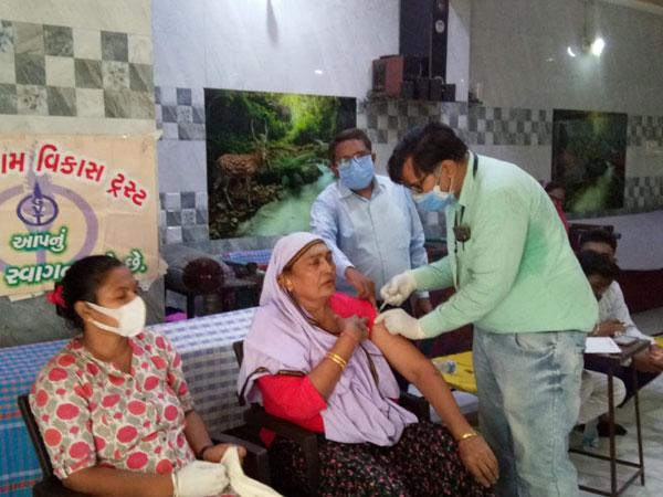 અમદાવાદમાં સવારથી લોકો લાઈનો લગાવે છે પરંતુ મર્યાદિત સ્ટોક ઉપલબ્ધ, 11 દિવસમાં 3.36 લાખ લોકોને વેક્સિન આપવામાં આવી અમદાવાદ,Ahmedabad - Divya Bhaskar