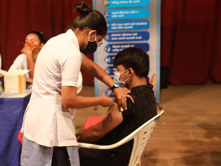અમદાવાદમાં વેક્સિન લેવા લાઈનો પણ સ્ટોક મર્યાદિત, રોજના એક કેન્દ્ર પર 100 જેટલા લોકોને જ વેક્સિનેશન|અમદાવાદ,Ahmedabad - Divya Bhaskar