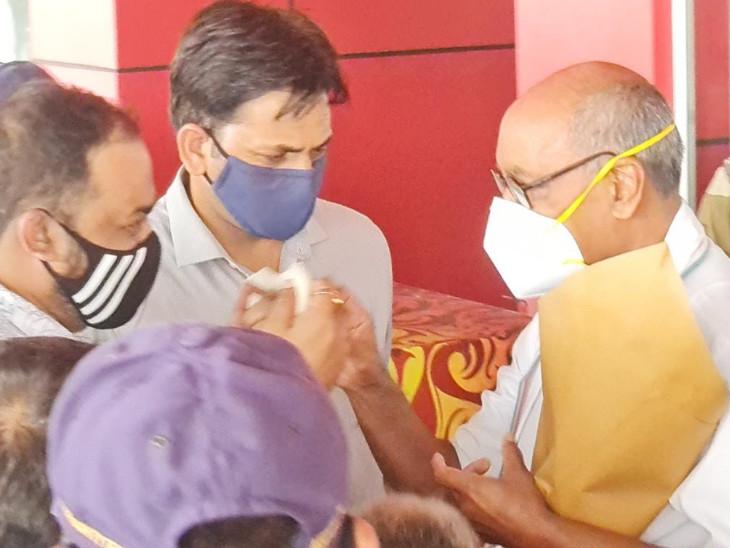 હરણી એરપોર્ટ પર આવી પહોંચેલા મધ્યપ્રદેશના પૂર્વ મુખ્યમંત્રી અને કોંગ્રેસના નેતા દિગ્વિજયસિંહ સ્વાગત કરાયું હતું