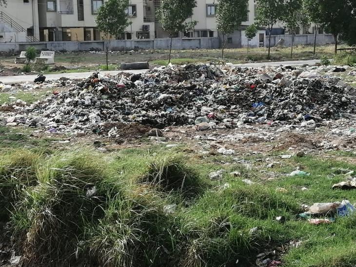 અનેક રજૂઆતો છતાં તંત્ર દ્વારા આ રોડ ઉપરથી કચરો દૂર કરવામાં તસ્દી લેવામાં આવતી નથી