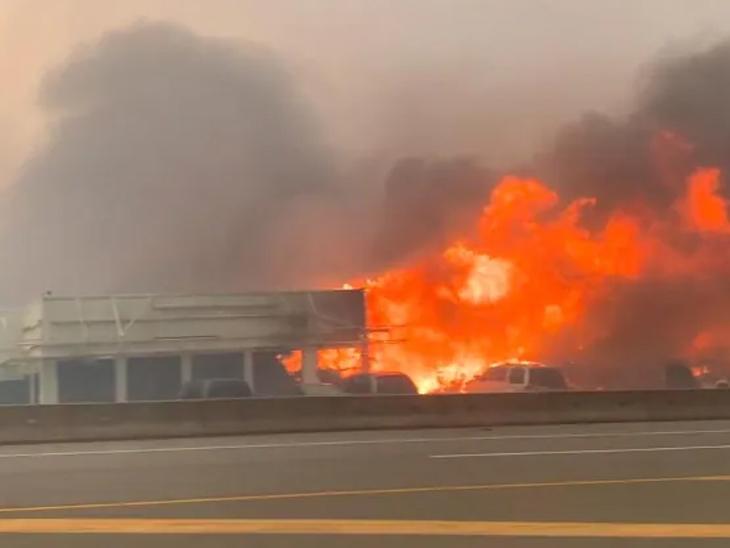 કેનેડાના બ્રિટિશ કોલંબિયા પ્રાંતના એક ગામમાં ભયાનક આગથી મોટા ભાગનાં ઘર ખાક વર્લ્ડ,International - Divya Bhaskar