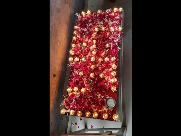 શેખપુરમાં બે માસમાં કોરોના તેમજ અન્ય બીમારીથી મૃત્યુ થનાર 49 મૃતકોને ગ્રામજનોએ આપી શ્રદ્ધાંજલિ|મહુવા,Mahuva - Divya Bhaskar