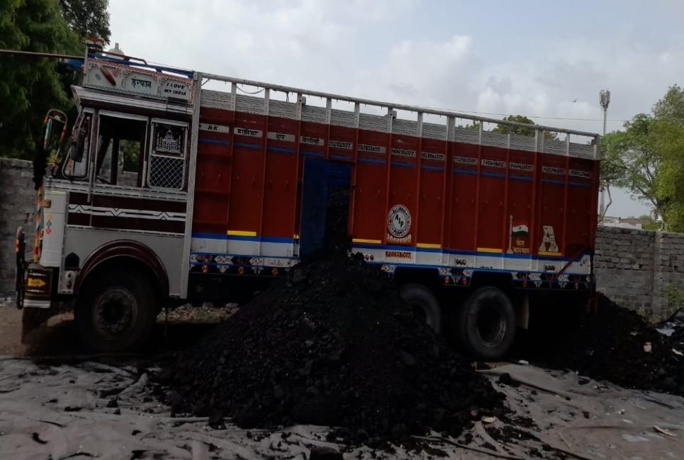 મોરબીમાં કોલસાની આડમાં ઘૂસાડાઈ રહેલો સવા ત્રણ લાખનો દારૂ ઝડપાયો, ડ્રાઈવર-ક્લીનર ફરાર - Divya Bhaskar