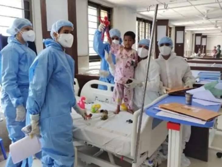 SVP હોસ્પિટલના નર્સિંગ સ્ટાફે 4 વર્ષના અનાથ અને કોરોના પોઝિટિવ બાળકને માતા-પરિવારની હૂંફ આપી 8 દિવસમાં સ્વસ્થ કર્યો હતો.