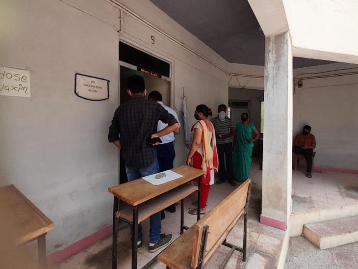 અમુક કેન્દ્ર પર નિર્ધારિત કરતાં ઓછા ડોઝ આવતાં લોકોને પાછા જવું પડ્યું. - Divya Bhaskar