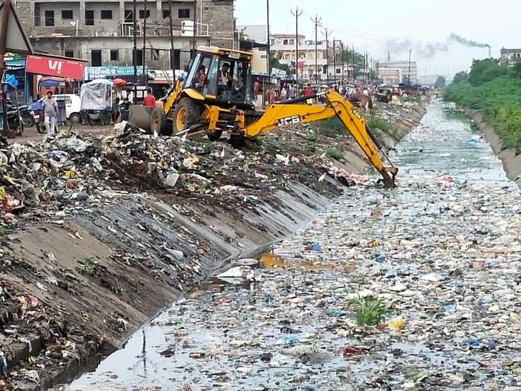 કડોદરાથી નિયોલ તરફની નહેરનો કચરો કિનારે જ ઠાલવવામાં આવતાં ફરી નહેરમાં જ પડતા સમસ્યા ઠેરની ઠેર જ ઊભી|પલસાણા,Palsana - Divya Bhaskar