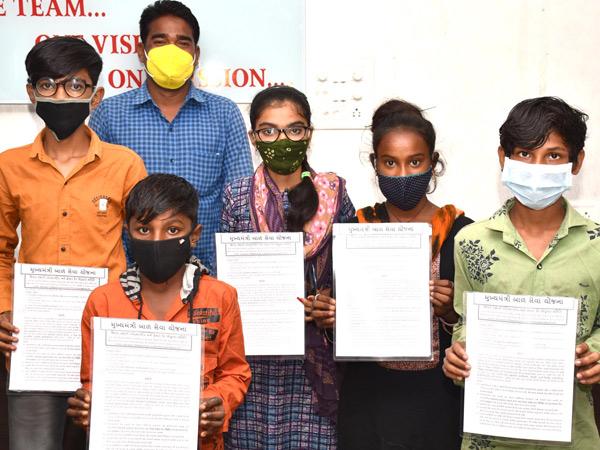 છોટાઉદેપુર ખાતે મુખ્યમંત્રી બાળ સેવા યોજના અંતર્ગત જિલ્લાના 6 લાભાર્થી બાળકોને સહાયનું વિતરણ કરાયું હતું. - Divya Bhaskar