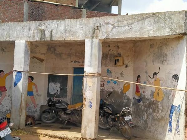સાધલી ગામમાં આવેલી આગણવાડી કેન્દ્ર નંબર ૩ જર્જરીત હાલતમાં જણાય છે. - Divya Bhaskar