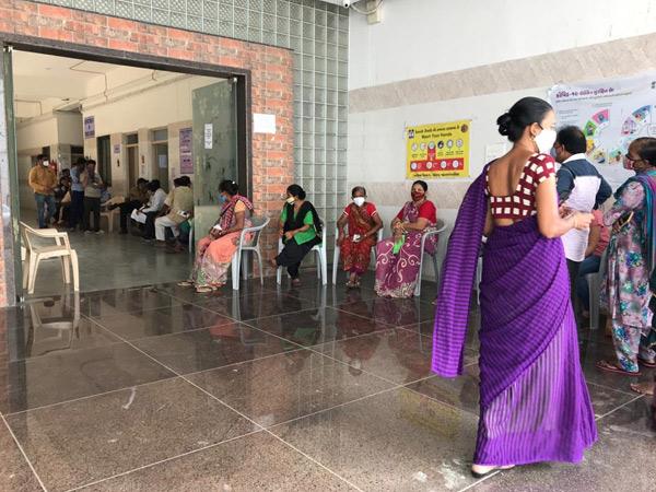 સયાજી હોસ્પિટલના સેન્ટર પર રસી લેવા માટે કતાર લાગી હતી. - Divya Bhaskar