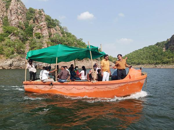 રાઠડાં બેટ ગામે પાણીના રસ્તે વેક્સિન લઇ જઈને વેકસિનેશન કરાયું. - Divya Bhaskar