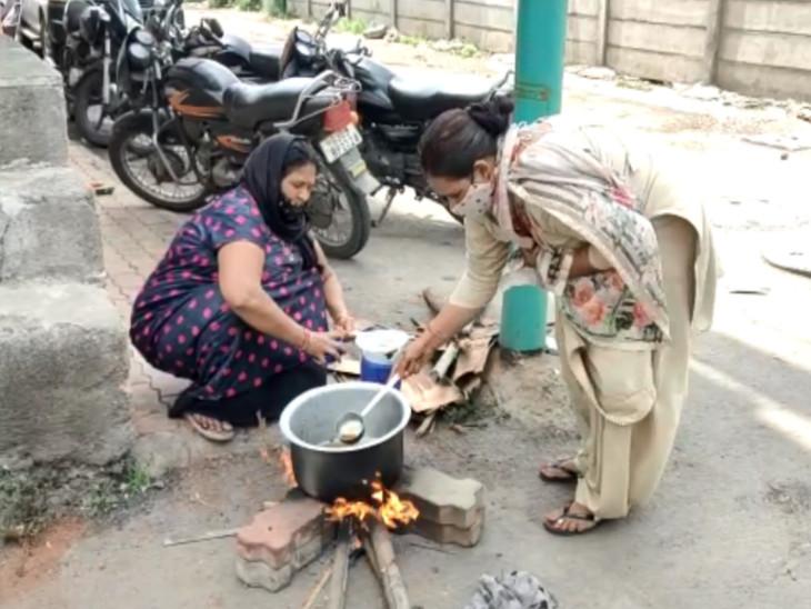 સુરતમાં મહિલાઓ દ્વારા ચૂલા પર દૂધ વગરની ચા બનાવી ભાવ વધારાનો વિરોધ|સુરત,Surat - Divya Bhaskar