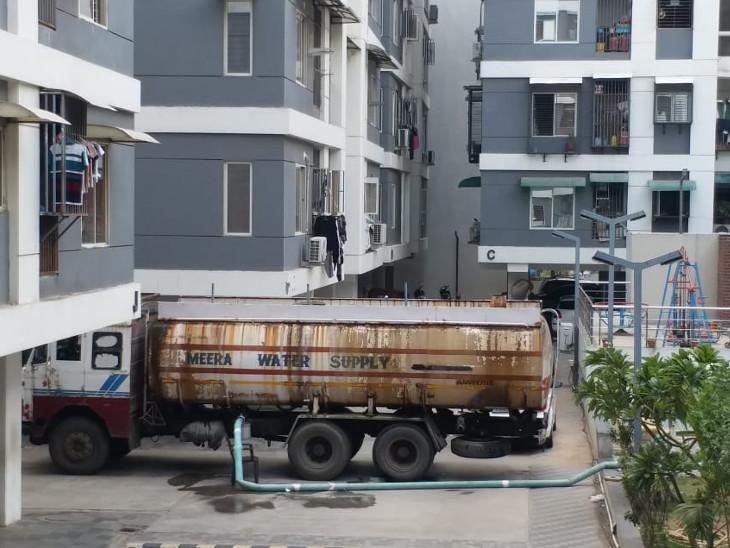 પાણી ન મળતાં સોસાયટીના રહીશો વેચાણથી પાણી લેવા મજબૂર થયા છે. - Divya Bhaskar