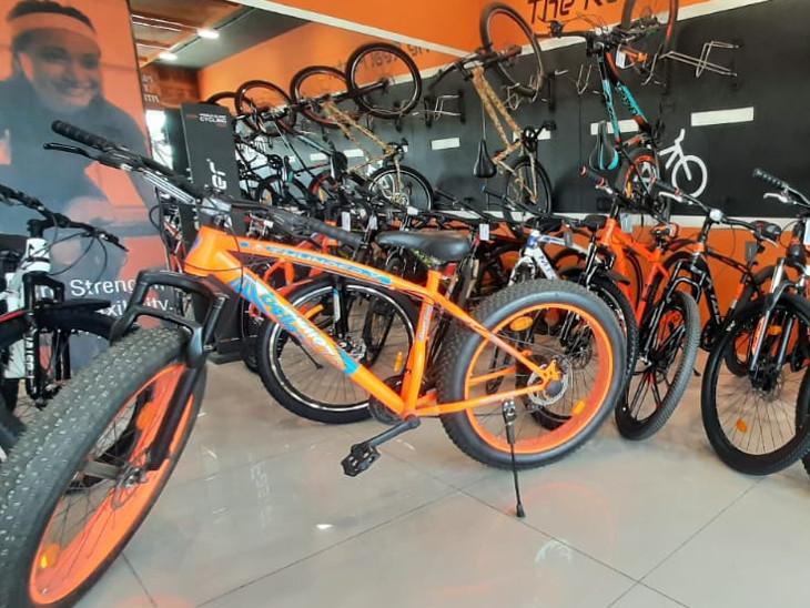 પેટ્રોલના ભાવ આસમાને પહોંચી જતા લોકો હવે બાઇકને બદલે સાઇકલ ચલાવવાનું વધારે પસંદ કરે છે