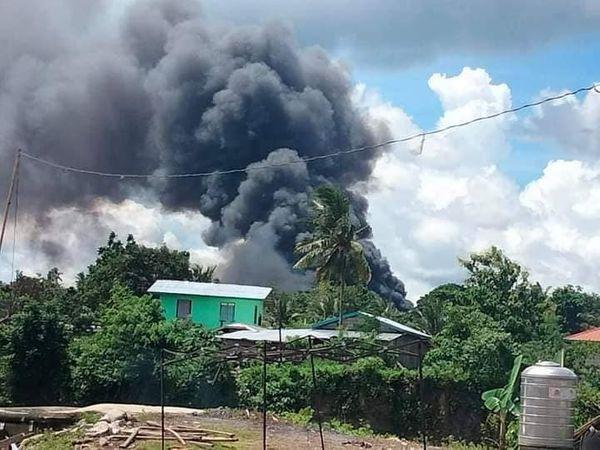દુર્ઘટના પછી પ્લેનમાંથી નીકળતા ધુમાડાના ગોટા દૂર સુધી જોવા મળ્યા. ફોટો- Pondhon TV