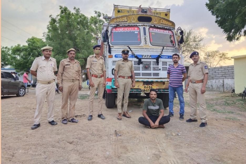 માલવણ હાઈવે પરથી એક ટ્રકમાંથી 4380 ઈંગ્લીશ દારૂની બોટલ ઝડપાઈ - Divya Bhaskar
