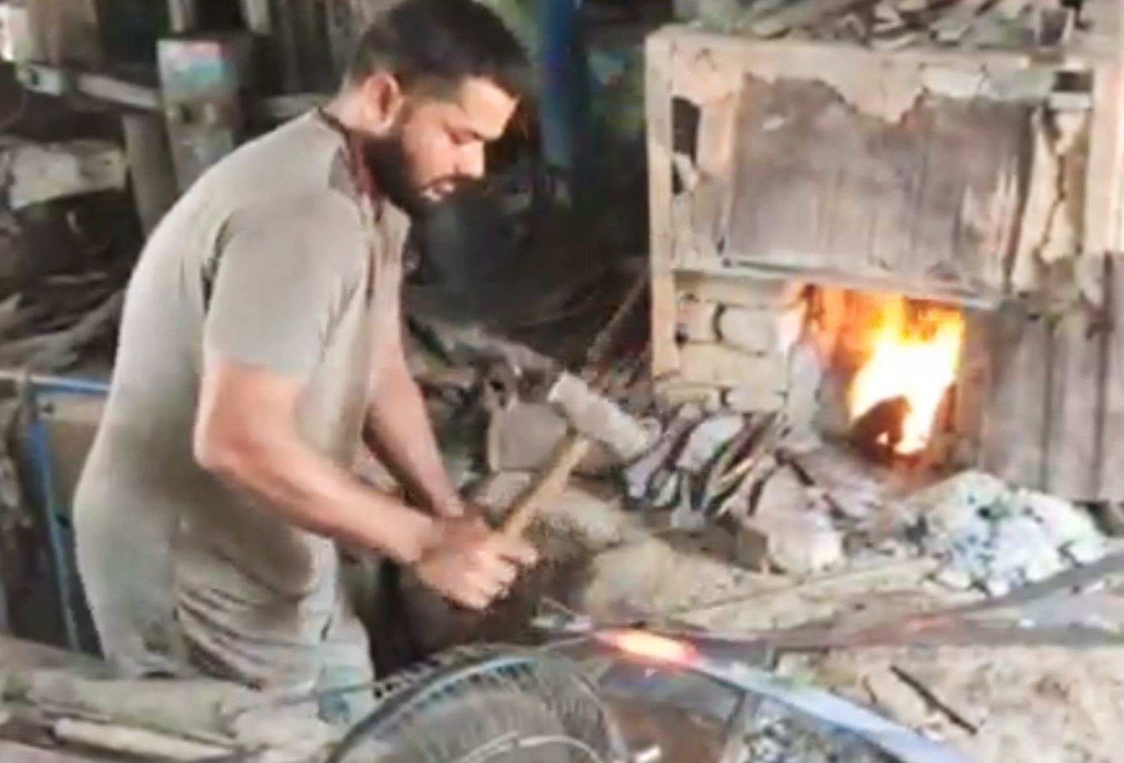 ભુજના નાના રેહા ગામના પ્રખ્યાત તલવાર ઉદ્યોગનો અસ્તિત્વ ટકાવવા સંઘર્ષ, ગામમાં એક સમયે 400 કારીગરોને રોજી આપતા ઉદ્યોગમાં હાલ 20 જ કારીગર|ભુજ,Bhuj - Divya Bhaskar