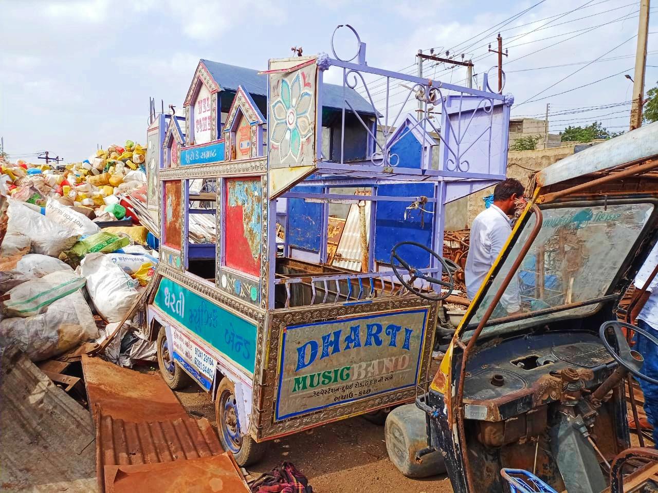 કોરોના કાળમાં બેન્ડ વાજા શાંત રહેતા સંચાલકે ભંગારના ભાવે બેન્ડ ગાડી વેચવી પડી|ભુજ,Bhuj - Divya Bhaskar