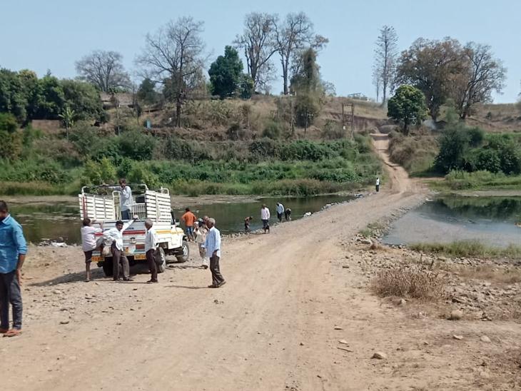 કાળાઆંબા-વાટી ગામમાં અંબિકા નદીનો માર્ગ ચોમાસામાં ડૂબી જાય છે જે ગ્રામવાસીઓ જાતે બનાવે છે. - Divya Bhaskar