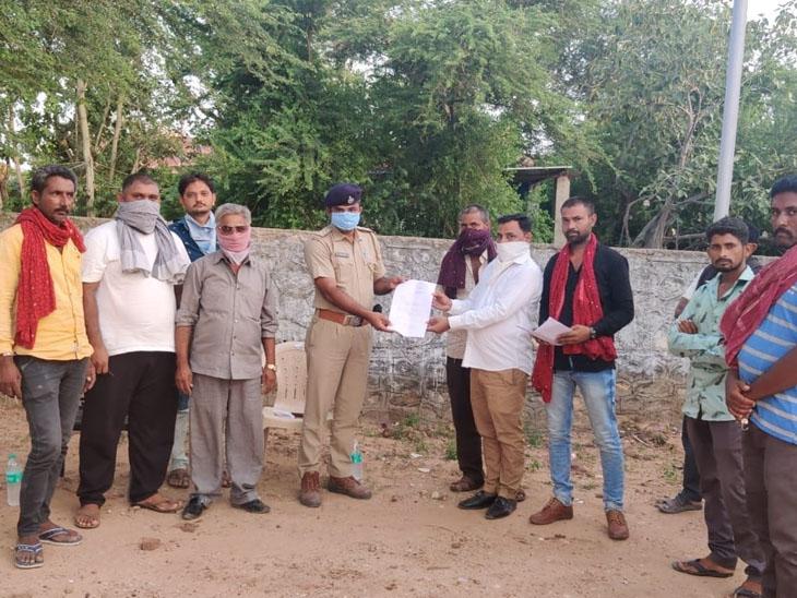 થાનગઢ માલધારી સમાજના લોકોએ મામલતદાર અને પીઆઇને આવેદન પાઠવ્યુ હતુ. - Divya Bhaskar