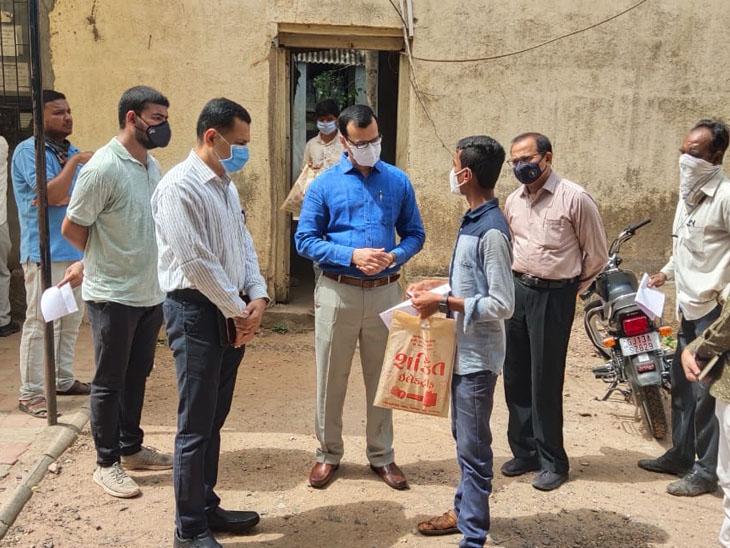 વઢવાણ મામલતદાર કચેરીએ આવેલા જનસેવા કેન્દ્ર પર કલેક્ટર અરજદારોને મળી તેમના અભિપ્રાય લીધા હતા. - Divya Bhaskar