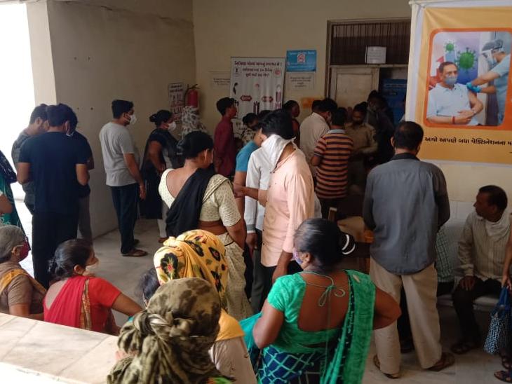 પાટણ સિવિલમાં વેક્સિન લેવા માટે લોકોનો ઘસારો થતા ટોકન પદ્ધતિથી રસીકરણ કરાયું. - Divya Bhaskar
